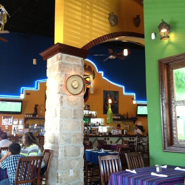 Das Foto wurde bei Mi Pueblito Restaurant Bar & Grill von Juan C V. am 7/28/2013 aufgenommen