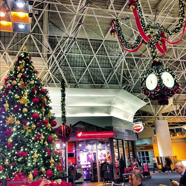 Foto tirada no(a) General Mitchell International Airport (MKE) por Cappy P. em 12/7/2012