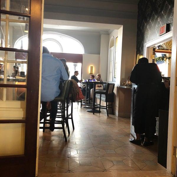 Foto tirada no(a) Nine-Ten Restaurant and Bar por Kashif H. em 11/22/2018
