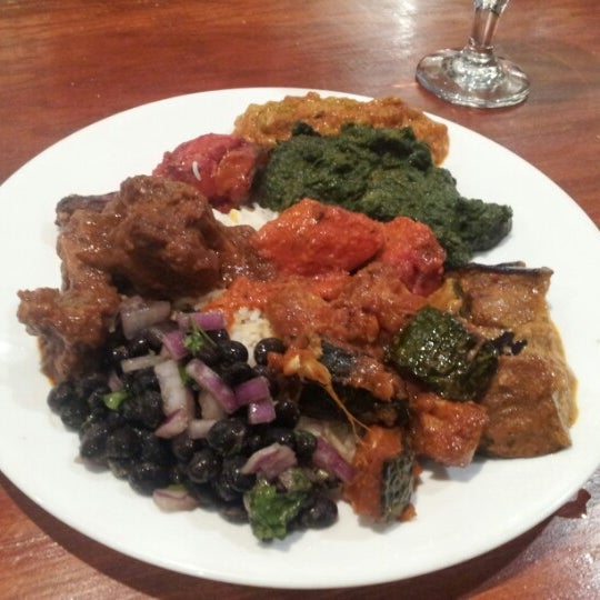 Photo prise au 2 Darbar Grill Fine Indian Cuisine par Gabriel H. le2/15/2013