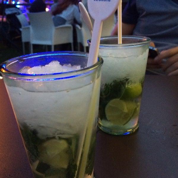 Photo prise au Noa Resto-Lounge-Bar par Kim T. le7/28/2014