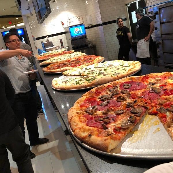 Снимок сделан в Pop Up Pizza пользователем Kendall B. 3/20/2018