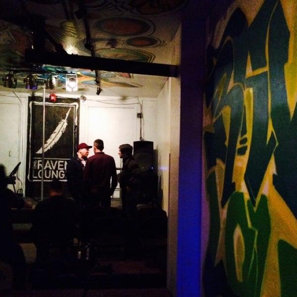 11/21/2014 tarihinde Maggie M.ziyaretçi tarafından Raven Lounge'de çekilen fotoğraf