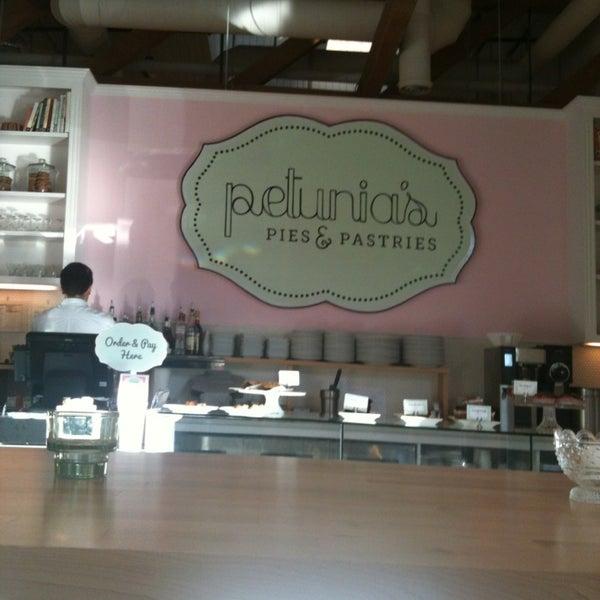Foto tirada no(a) Petunia's Pies & Pastries por Mieke . em 3/31/2013