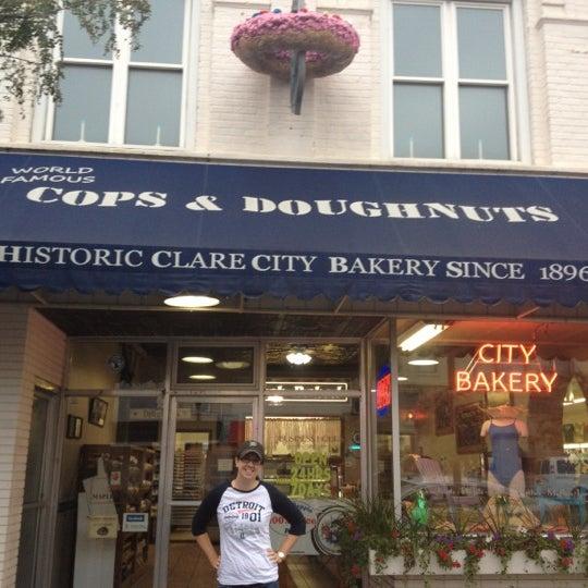 รูปภาพถ่ายที่ Cops & Doughnuts Bakery โดย Becca M. เมื่อ 8/10/2012