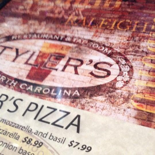 รูปภาพถ่ายที่ Tyler's Restaurant & Taproom โดย Wayne T. เมื่อ 8/29/2012