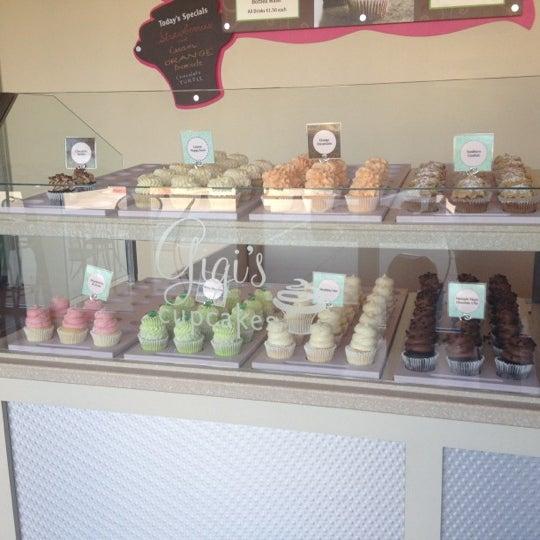 8/29/2012 tarihinde Jennifer G.ziyaretçi tarafından Gigi's Cupcakes'de çekilen fotoğraf