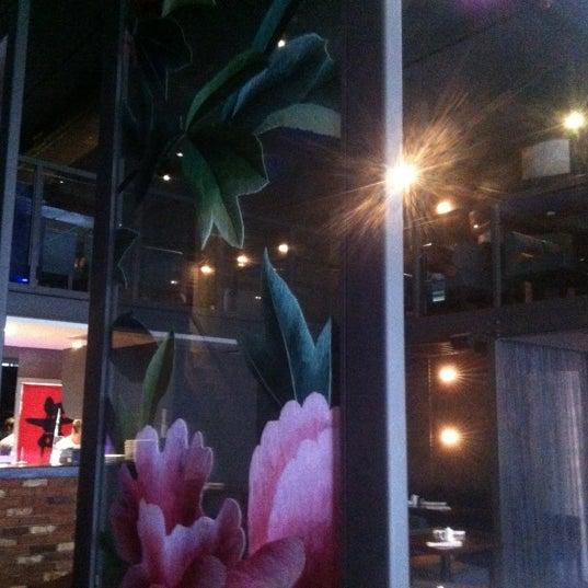 Photo prise au HaChi Restaurant & Lounge par Richard B. le7/27/2012