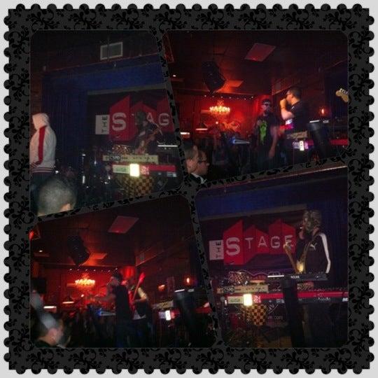 รูปภาพถ่ายที่ The Stage โดย Ra R. เมื่อ 2/13/2012