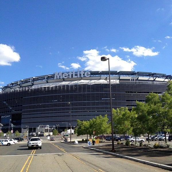 รูปภาพถ่ายที่ MetLife Stadium โดย Mike P. เมื่อ 8/29/2012