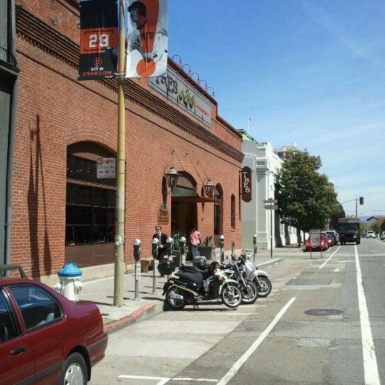 Foto scattata a TRES da Sam Y. il 4/18/2012