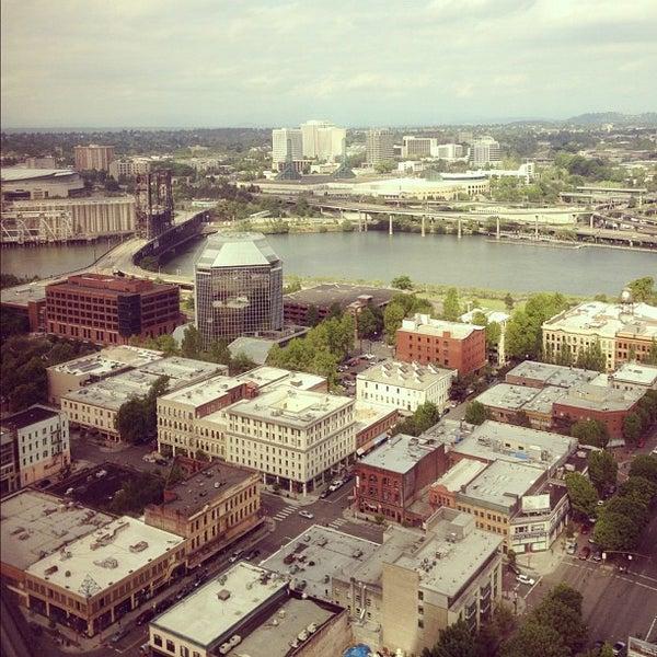 Foto tomada en Portland City Grill por Karyn F. el 5/26/2012