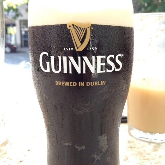 Foto tirada no(a) Tigin Irish Pub por Paul N. em 5/28/2012