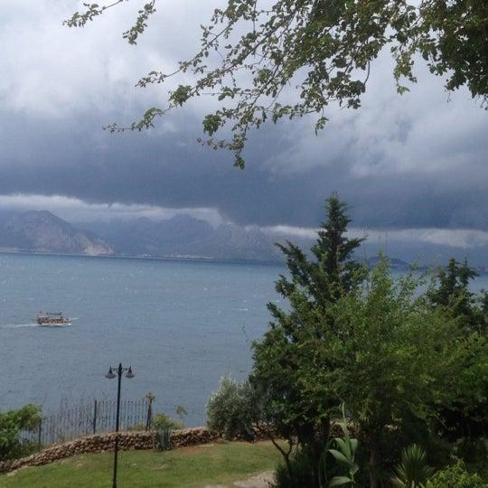 Photo prise au Tapas Cafe Bistro par Selen A. le5/19/2012