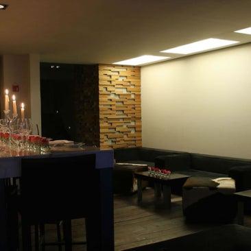 Su arquitectura logra crear diferentes ambientes que funcionan para comidas casuales, juntas o eventos empresariales. El menú está en constante cambio acorde a los ingredientes de la época.