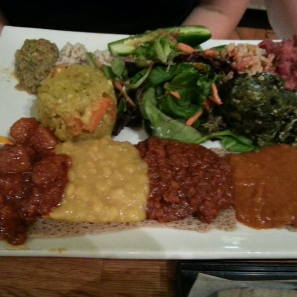 Foto scattata a Desta Ethiopian Kitchen da Vickie D. il 9/4/2013