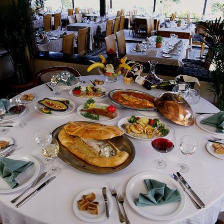 Balık yemeklerinde iddialılar. Levrek marin, Katalan usulü kerevit salatası ile ana yemek olarak tuzla balık ve hamurda balık favorileri arasında yer alıyor.