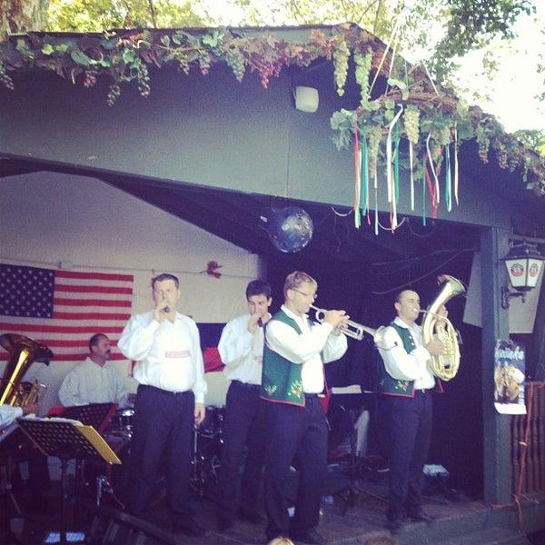 Photo prise au Bohemian Hall & Beer Garden par Kareem K. le9/15/2012