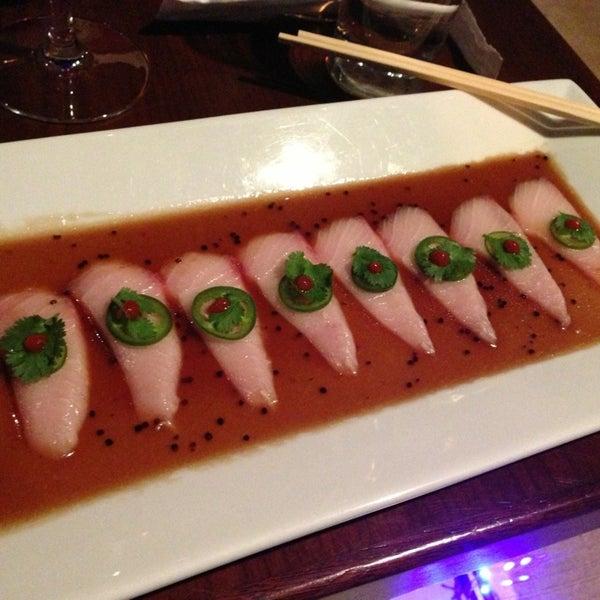 Photo prise au HaChi Restaurant & Lounge par Kevin W. le12/21/2012