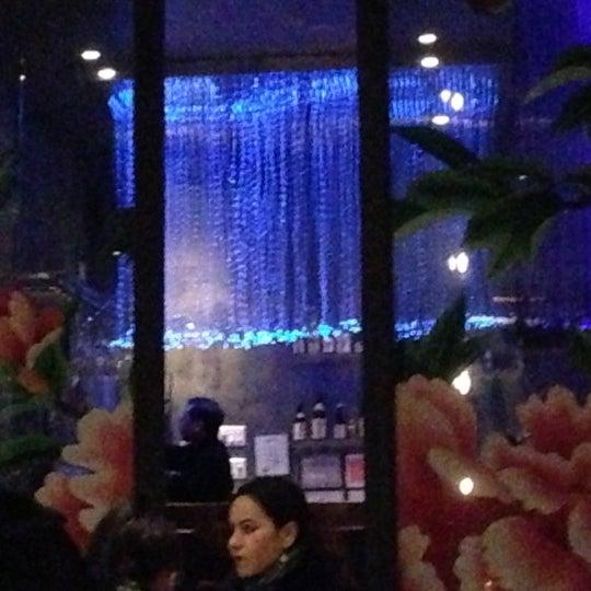Photo prise au HaChi Restaurant & Lounge par Kevin W. le12/11/2012