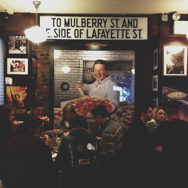 Das Foto wurde bei Lombardi's Coal Oven Pizza von Samantha O. am 2/23/2013 aufgenommen