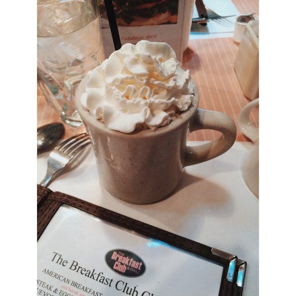 Foto diambil di The Breakfast Club & Grill oleh Samantha O. pada 3/30/2016