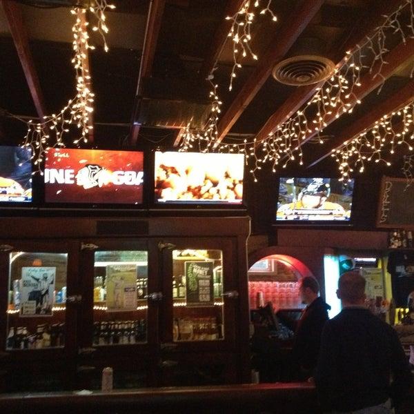 รูปภาพถ่ายที่ Lottie's Pub โดย Cleo M. เมื่อ 6/2/2013