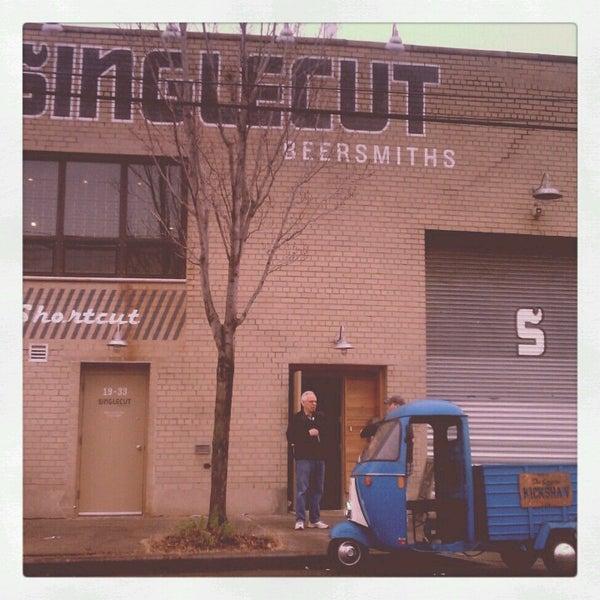 Foto tirada no(a) SingleCut Beersmiths por Dana P. em 12/8/2012