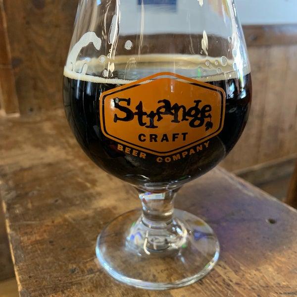 Das Foto wurde bei Strange Craft Beer Company von Kristin O. am 9/29/2019 aufgenommen