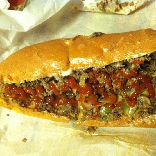 Foto scattata a Woody's Famous CheeseSteaks da Brandon W. il 11/11/2012