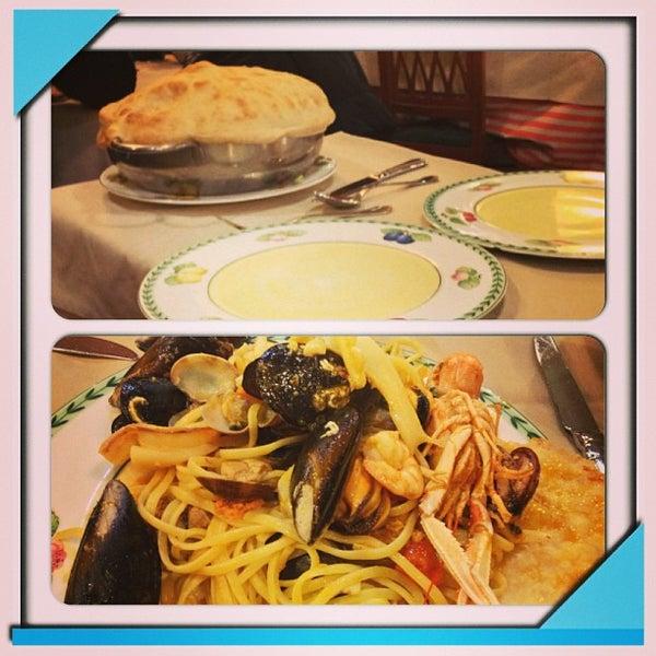 รูปภาพถ่ายที่ Catullo - Ristorante Pizzeria โดย Chiara B. เมื่อ 12/29/2012
