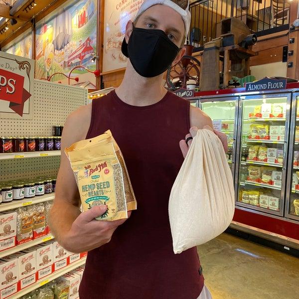 Foto tirada no(a) Bob's Red Mill Whole Grain Store por Gloria Z. em 8/17/2020