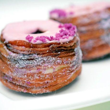 Metà croissant, metà cornetto: sono i cronut. Assaggiateli con la crema rosa vaniglia oppure con lo sciroppo d'acero al limone. Bon appetit!
