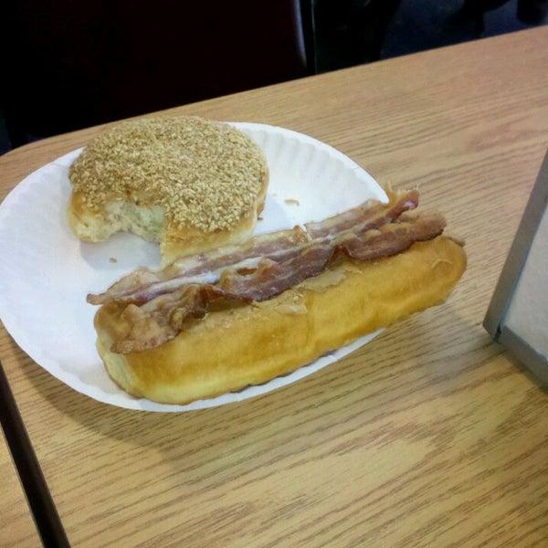 รูปภาพถ่ายที่ Cops & Doughnuts Bakery โดย Marc W. เมื่อ 4/2/2013