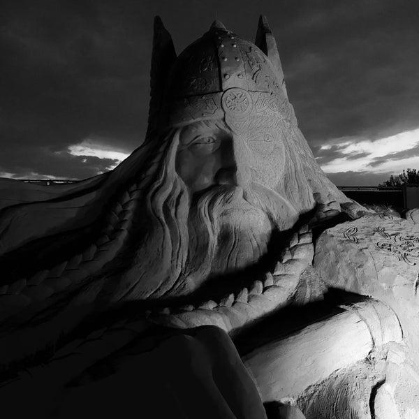 Kum heykellerin her biri bir sanat eseri. Akşamları heykellere vuran ışıklar çok kötü, her biri ayrı bir renk, heykel detaylarını bu ışıklarda görmek mümkün değil.