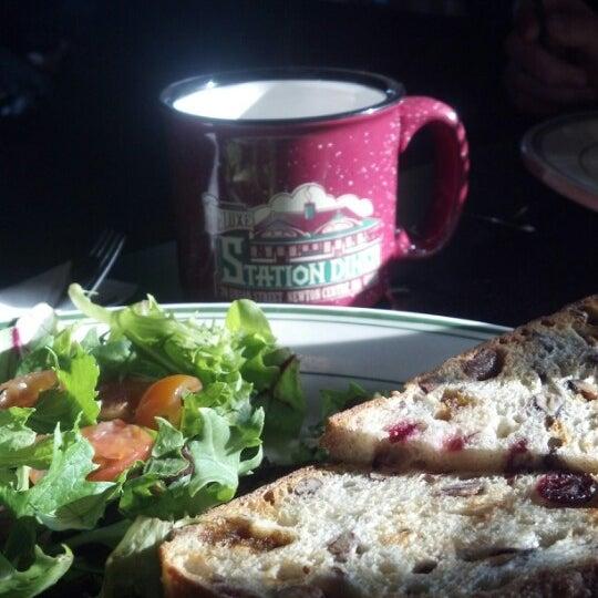 Foto scattata a Deluxe Station Diner da Joyce P. il 11/4/2012