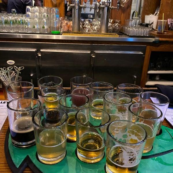 รูปภาพถ่ายที่ Hop Valley Brewing Co. โดย Ryan R. เมื่อ 1/26/2020