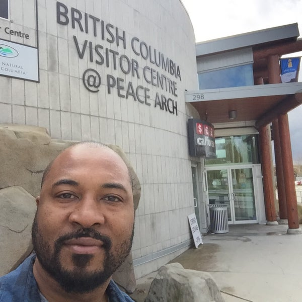 Foto scattata a British Columbia Visitor Centre @ Peace Arch da Anthony C. il 4/18/2017