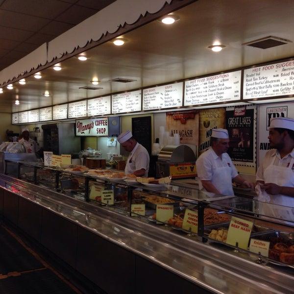 Foto diambil di Manny's Cafeteria & Delicatessen oleh Julia S. pada 7/14/2014