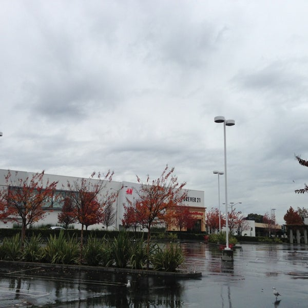 Foto tomada en Hillsdale Shopping Center por Lei Z. el 12/25/2012