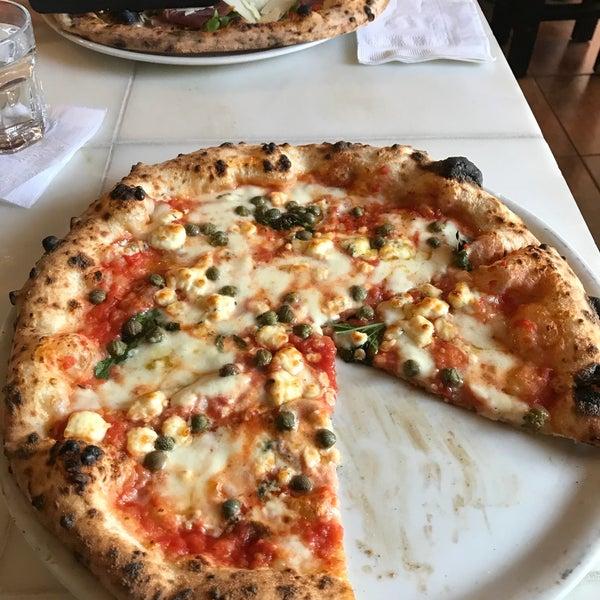 Foto scattata a Menomalé Pizza Napoletana da Karl H. il 10/28/2017