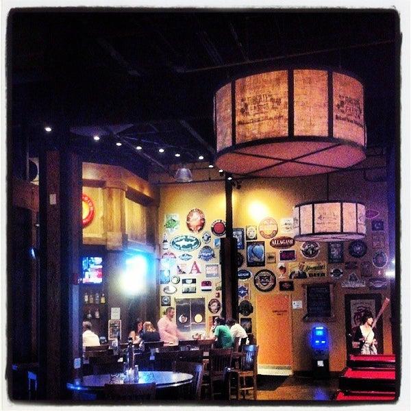 รูปภาพถ่ายที่ Tyler's Restaurant & Taproom โดย Crash Gregg เมื่อ 7/23/2013