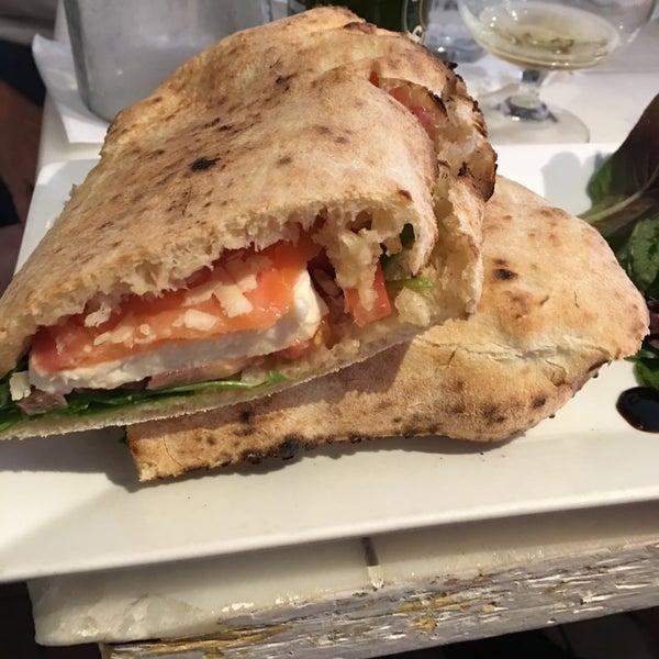Foto scattata a Menomalé Pizza Napoletana da David C. il 9/3/2016