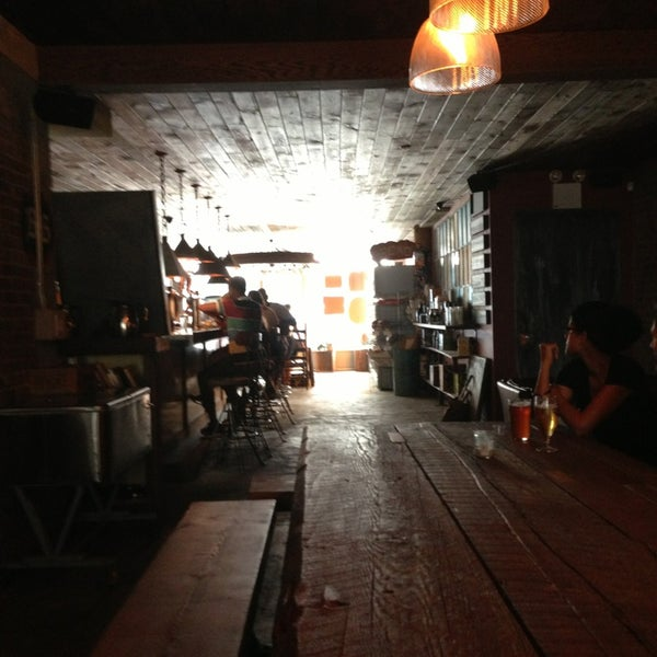 Das Foto wurde bei Alphabet City Beer Co. von Brenda B. W. am 7/20/2013 aufgenommen