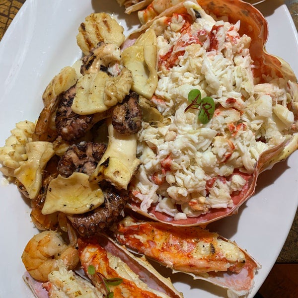 Очень вкусно , рыба и морепродукты свежие , много живого , винная карта супер !🎄