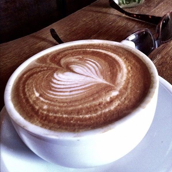 รูปภาพถ่ายที่ The West—Coffeehouse & Bar โดย Theo C. เมื่อ 10/21/2012