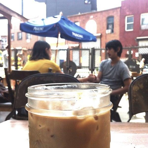 รูปภาพถ่ายที่ The West—Coffeehouse & Bar โดย Theo C. เมื่อ 8/11/2013