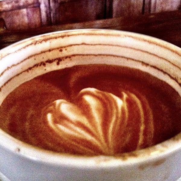 รูปภาพถ่ายที่ The West—Coffeehouse & Bar โดย Theo C. เมื่อ 2/2/2013