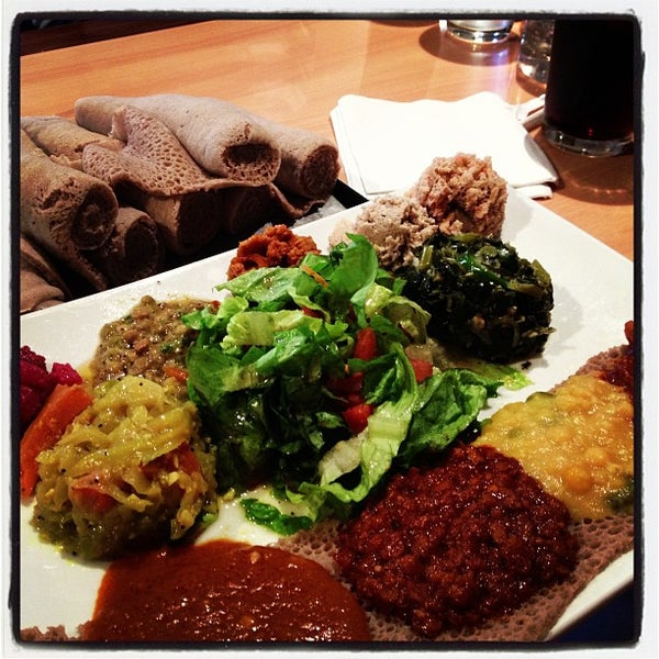 Foto scattata a Desta Ethiopian Kitchen da Amanda W. il 11/21/2012