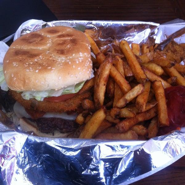 Das Foto wurde bei Burger Shoppe von Chris H. am 4/26/2013 aufgenommen